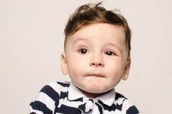 Entzückendes nacktes Kind, das netten Nachahmer macht stockfoto
