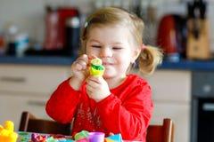 Entzückendes nettes kleines Kleinkindmädchen mit buntem Lehm Gesundes Babykinderspielen und Herstellen von Spielwaren vom Spielte stockfoto