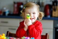 Entzückendes nettes kleines Kleinkindmädchen mit buntem Lehm Gesundes Babykinderspielen und Herstellen von Spielwaren vom Spielte lizenzfreies stockfoto