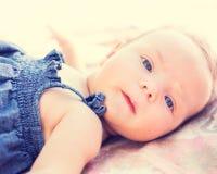 Entzückendes neugeborenes Baby Stockfotos