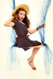 Entzückendes Retro- Art-Kind-Portrait-Mädchen auf Schwingen Lizenzfreies Stockfoto