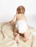 Entzückendes Schätzchen auf einem Teppich Lizenzfreie Stockfotos