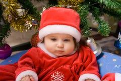 Entzückendes Schätzchen im roten Kostüm Stockfoto