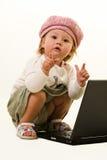 Entzückendes Schätzchen mit Laptop Lizenzfreies Stockfoto
