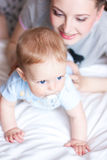 entzückendes Schätzchen mit Mutter lizenzfreie stockfotografie