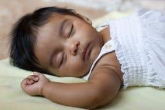 Entzückendes schlafendes indisches Schätzchen Stockfotografie