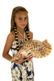 Entzückendes Sonnenbräunemädchen, welches die Muschel trägt ein Inselartkleid hält Lizenzfreie Stockfotos