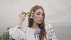 Entzückendes sorgloses Mädchen des Porträts, welches das lange Sommermodekleid betrachtet überzeugt dem Kameragenießen trägt Frei stock video