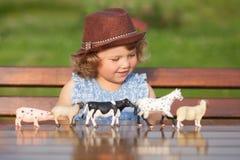 Entzückendes Spiel des kleinen Mädchens mit Tierspielwaren Lizenzfreie Stockfotografie