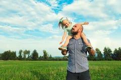 Entzückendes Tochter- und Vaterporträt, glückliches Familienkonzept Stockfotografie