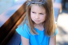 Entzückendes trauriges Mädchen, das an zukünftige Außenseite träumt und denkt Lizenzfreie Stockbilder