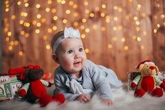 Entzückendes zweimonatiges altes Baby, das auf dem Kissen liegt lizenzfreies stockfoto