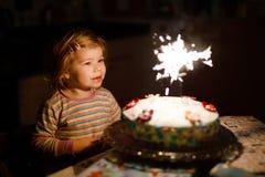 Entz?ckendes kleines Kleinkindm?dchen, das zweiten Geburtstag feiert Babykind, das marshmellows Dekoration auf selbst gemachtem K lizenzfreie stockbilder