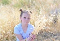 Entz?ckendes kleines M?dchen des Portr?ts, Alter 9-10 auf gelbem Herbstfeld lizenzfreie stockbilder