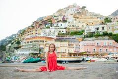 Entz?ckendes kleines M?dchen am warmen und sonnigen Sommertag in Positano-Stadt in Italien lizenzfreie stockfotos