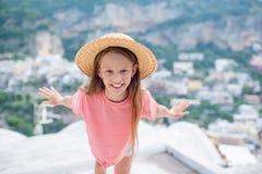 Entz?ckendes kleines M?dchen am warmen und sonnigen Sommertag in Positano-Stadt in Italien lizenzfreie stockbilder