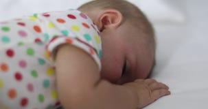 Entz?ckendes schlafendes Baby auf wei?em Bett stock footage