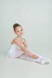 Entzückende junge Ballerinahaltungen auf Kamera Stockfoto