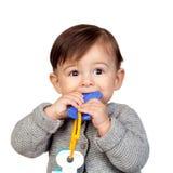 Entzückendes Baby mit einem Biss in ihrem Mund Lizenzfreie Stockbilder