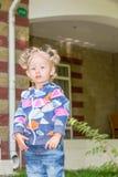 Entzückendes kleines Kindermädchen Grüner Naturhintergrund des Sommers Stockfoto