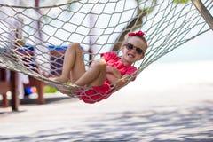 Entzückendes kleines Mädchen auf den tropischen Ferien entspannend Lizenzfreies Stockfoto