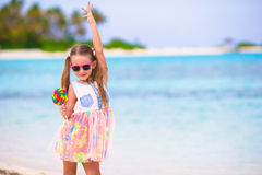 Entzückendes kleines Mädchen haben Spaß mit Lutscher auf Stockfotos