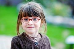 Entzückendes kleines Mädchen mit blauen Augen der Schönheit in den glas Stockbilder