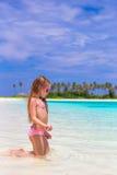 Entzückendes kleines Mädchen am Strand während des Sommers Lizenzfreie Stockbilder