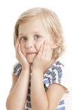 Entzückendes kleines Mädchen, welches die Kamera betrachtet Stockbild