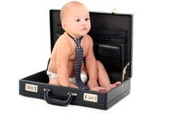 Entzückendes Schätzchen-tragende Windel und Gleichheit, die im Aktenkoffer sitzen Lizenzfreie Stockbilder