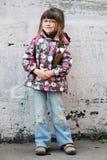 Entzückendes Vorschülermädchen mit Rucksack Stockbild
