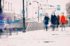 entziehen Sie Hintergrund Absichtliche Bewegungsunschärfe Stadt im Vorfrühling Straße, Mädchen, das auf den Bürgersteig, Konzept  stockbild
