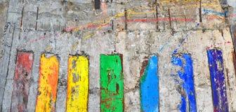 entziehen Sie Hintergrund Die Betonmauer gemalt in den Farben eines Ra Lizenzfreie Stockfotografie