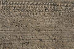 entziehen Sie Hintergrund die Spurweiten im Sand Stockfoto