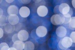 entziehen Sie Hintergrund Wei?e und blaue Kreise im bokeh stockfotos