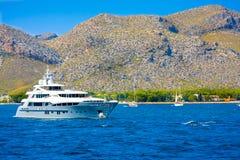 Envíe contra las montañas de Port de Pollenca, costa de nordeste de la isla española Mallorca en el mar Mediterráneo, Europa Imagen de archivo