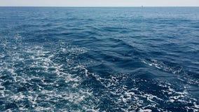 Envíe el agua azul del mar Mediterráneo de la mantequera en ondas y haga la espuma almacen de metraje de vídeo