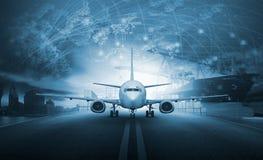 Envíe el envase del cargamento en el pla del flete aéreo del embarcadero y de las importaciones/exportaciones foto de archivo libre de regalías