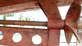 Envíe el metal oxidado viejo del propulsor en el astillero en el puerto de Moscú metrajes