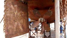 Envíe el metal oxidado viejo del propulsor en el astillero en el puerto de Moscú almacen de video
