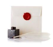 Envíe el sobre o la letra sellada con el sello del sello de la cera y la pluma de canilla Imagen de archivo libre de regalías