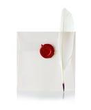 Envíe el sobre o la letra sellada con el sello del sello de la cera y la pluma de canilla Foto de archivo