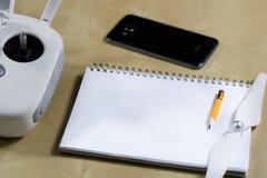 Envíe el vuelo y los accesorios en una tabla de madera Cuaderno del abejón Foto de archivo libre de regalías