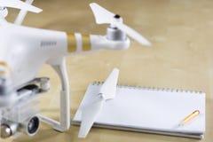 Envíe el vuelo y los accesorios en una tabla de madera Cuaderno del abejón Foto de archivo