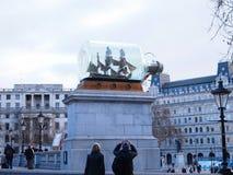 Envíe en botella en Trafalgar Square delante del National Gallery Foto de archivo