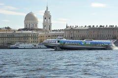 Envíe en las alas de agua que flotan en el río Neva en el santo Pete Foto de archivo libre de regalías