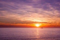 Envíe la navegación en el océano en la puesta del sol azul Foto de archivo