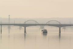 Envíe la navegación en el río por la mañana en el amanecer Imagen de archivo libre de regalías