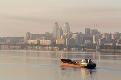 Envíe la navegación en el río por la mañana en el amanecer I Foto de archivo