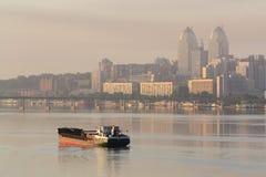 Envíe la navegación en el río por la mañana en el amanecer II Fotografía de archivo libre de regalías